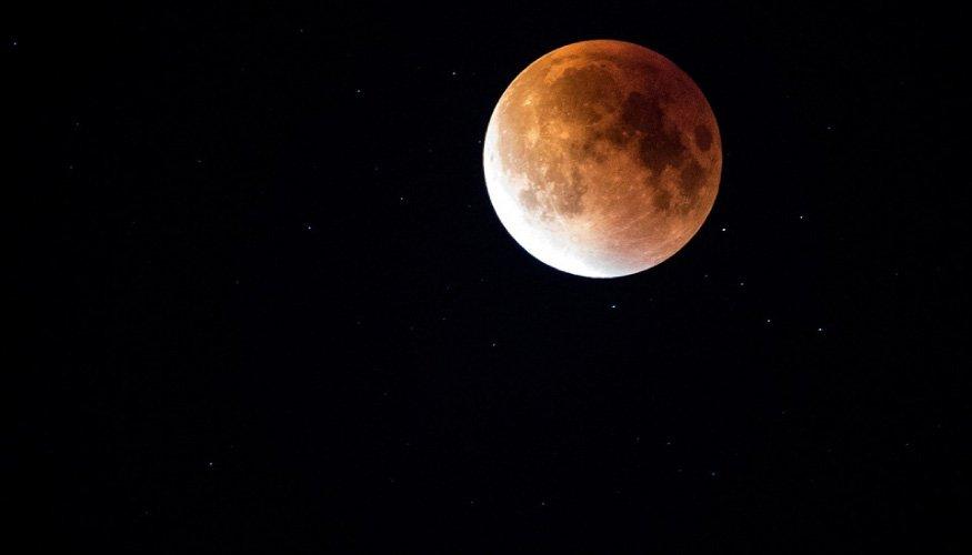 Eclipse lunar - Tomorrowland
